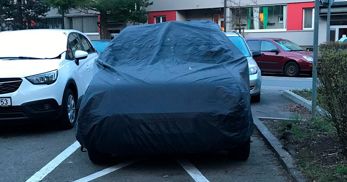 auto zakryté plachtou