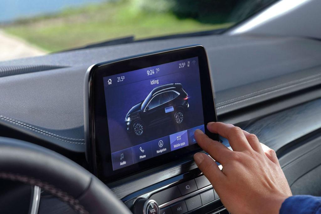 Ford Kuga hybrid palubní monitor